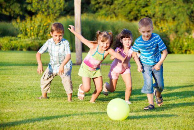 gyerekek szabadban játszanak